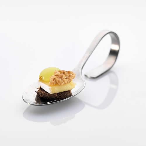 Löffel: Brie auf Pumpernickel mit Trauben