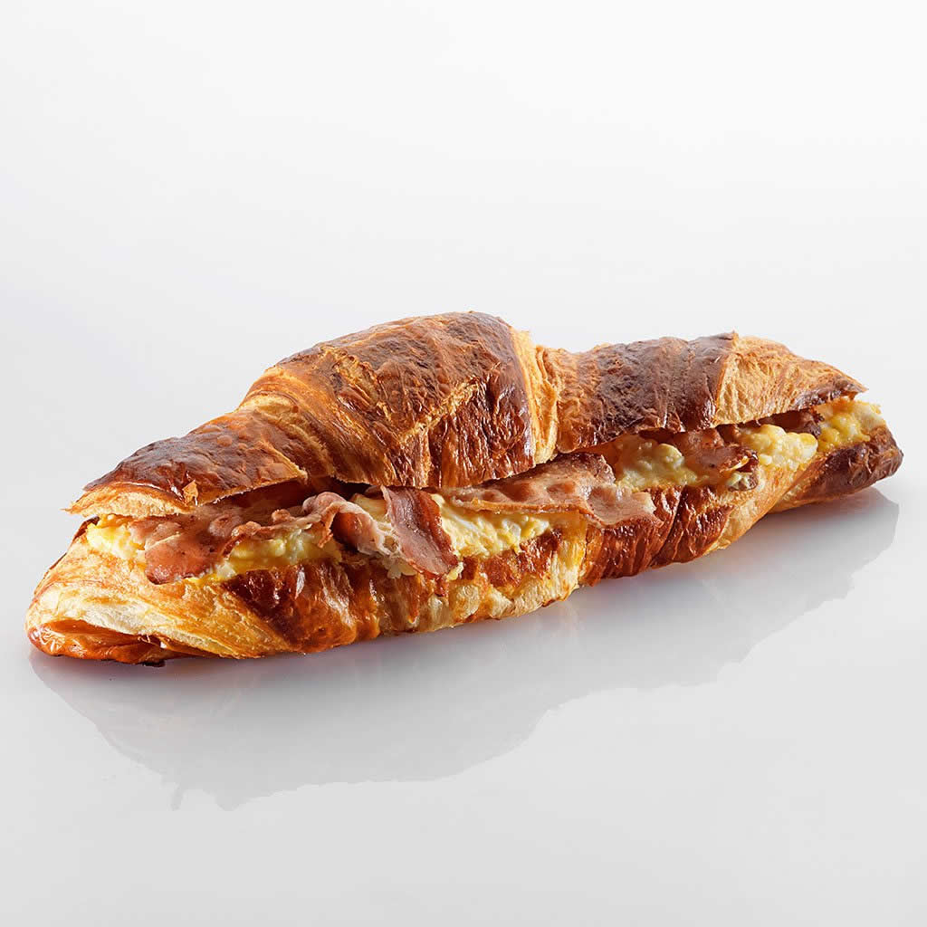 Sandwich: Laugengipfel mit Ei und Speck